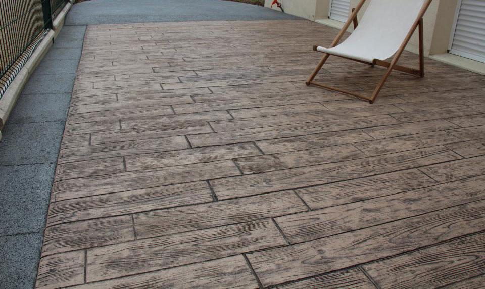 Terrasse en béton imprimé imitation bois