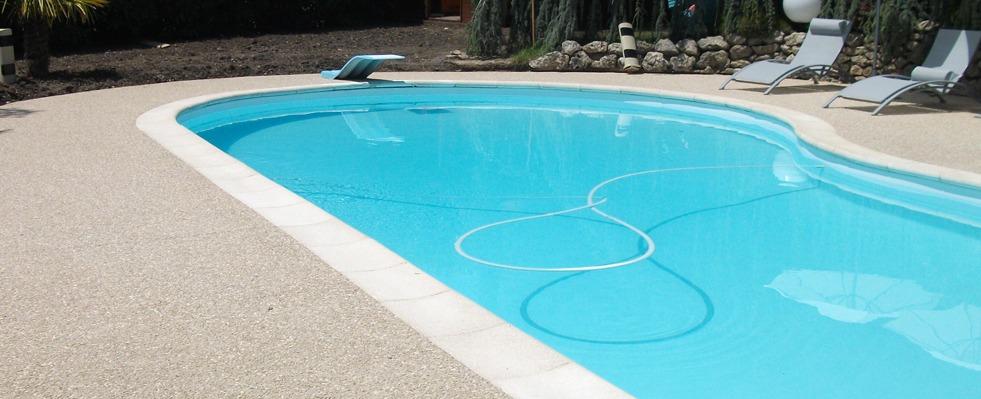 Dalle béton désactivé pour la piscine