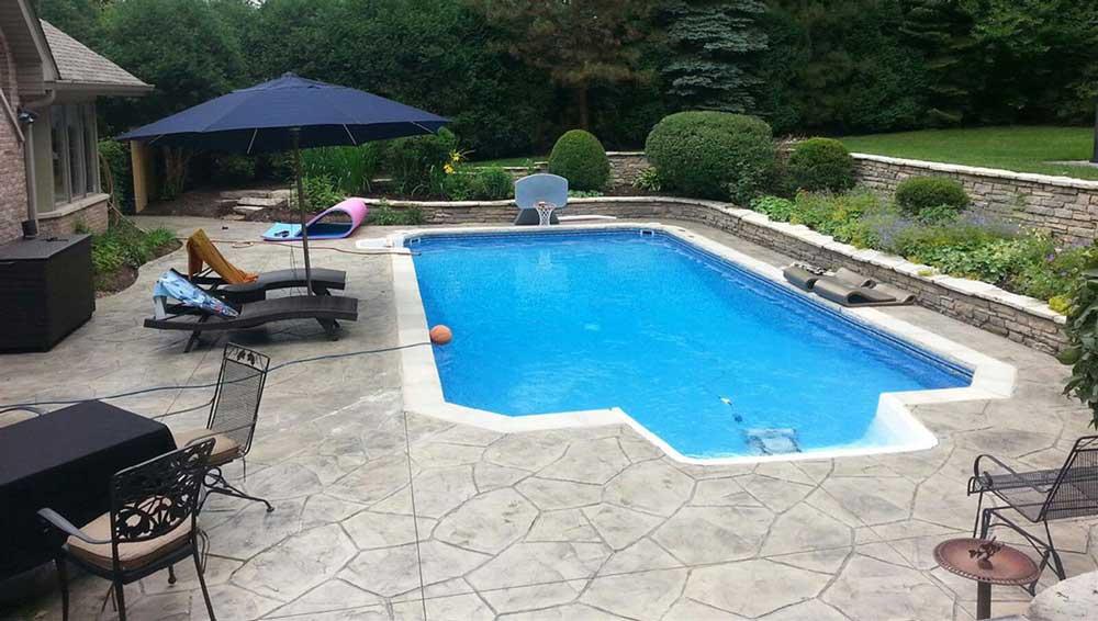 Dalle de béton pour la piscine